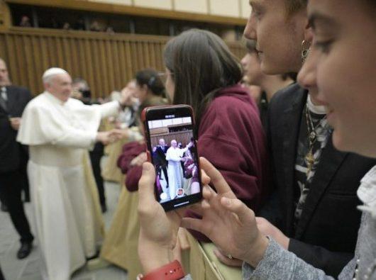 Paus Fransiskus menyalami para siswa-siswi sebuah sekolah Katolik di  Padua  (Vatican Media)