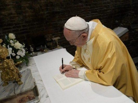 Paus Fransiskus menandatangani Seruan Apostolik pascaSinode (ANSA)
