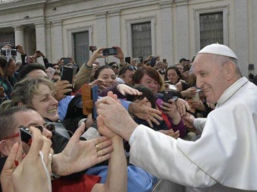 Paus Fransiskus menemui umat beriman dalam Audiensi Umum mingguan.  (Vatican Media)