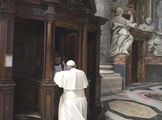Paus Fransiskus mengaku dosa atau menerima Sakramen Rekonsiliasi di Lapangan Santo Petrus  (Vatican Media)