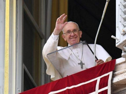 Paus Fransiskus menyalami umat beriman dalam Doa Malaikat Tuhan Minggu 10 Maret (Vatican Media)
