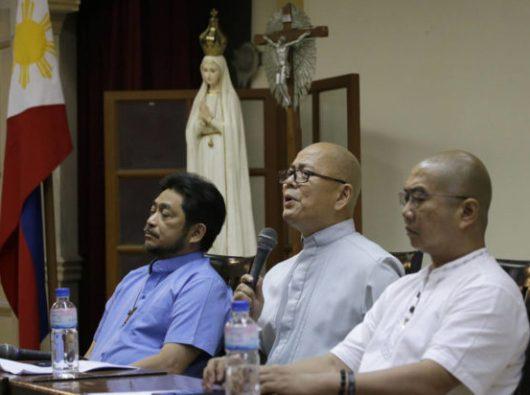 Tiga imam Katolik Filipina, Pastor Robert Reyes (tengah) , Pastor Albert Alejo (kiri), dan Pastor Flavie Villanueva (kanan) ketika mereka bertemu wartawan di kota Quezon, Filipina, 11 Maret 2019. (Foto AP/Aaron Favila)