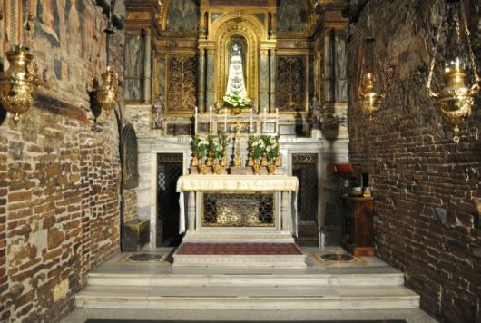 Rumah Suci dengan dinding-dinding yang diyakini berasal dari rumah maria di Nazareth. (Foto dari http://www.santuarioloreto.it/)