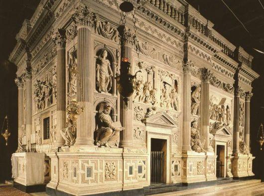 Rumah Suci dilihat dari luar dalam dalam Basilika Loreto. (Foto dari http://www.santuarioloreto.it/)