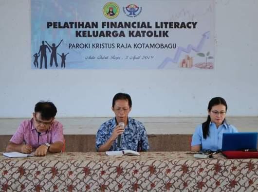 Pastor Canisius Rumondor MSC memberi pelatihan literasi keuangan keluarga. PEN@ Katolik/ampc