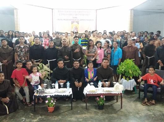 Foto bersama Pastor Tarsisius Sina Lengari, OFM, para frater Fransiskan dan OMK usai kegiatan di Gedung Vertenten Sai. PEN@ Katolik/ym