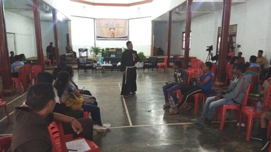 Pastor Tarsisius Sina Lengari, OFM saat membawakan materi dalam kegiatan seminar di Gedung Vertenten Sai, Sabtu (27-8) (1)