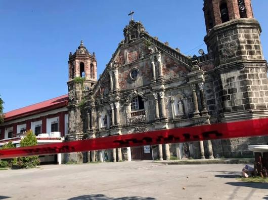 Retakan terlihat di Gereja Paroki dan biara Santa Monika di Minalin, Pampanga, menyusul gempa kuat yang melanda beberapa bagian Luzon 22 April. FOTO DARI HALAMAN FACEBOOK GHEREJA PAROKI SANTA MONIKA MINALIN