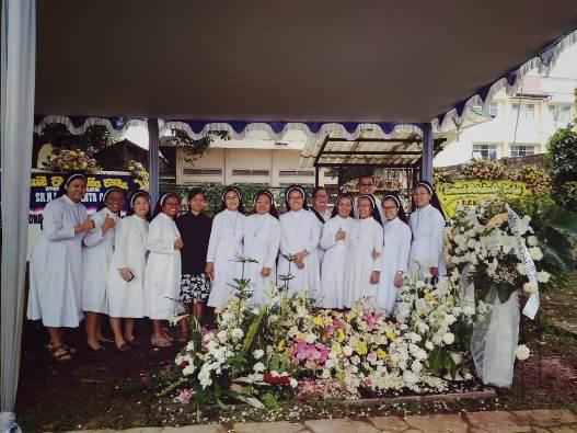 Para Suster OP bergambar di depan makam Suster Immaculata bersama Pastor Mingdry OP (berdiri di belakang) dan Koordinator Nasional Dominikan Awam Theo Admadi OP