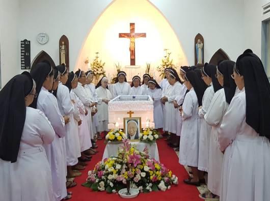 Para Suster OP bersama Provinsialnya bernyanyi dan berdoa kepada Santo Dominikus mengelilingi jenazah Suster Immaculata OP.