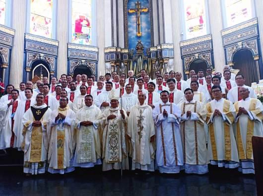 Tiga imam baru serta empat diakon baru bergambar bersama Mgr Agustinus Agus dan Mgr Hieronymus Herculanus Bumbun OFMCap dan para imam konselebran di Katedral Santo Yosef Pontianak, 4 Agustus 2018.