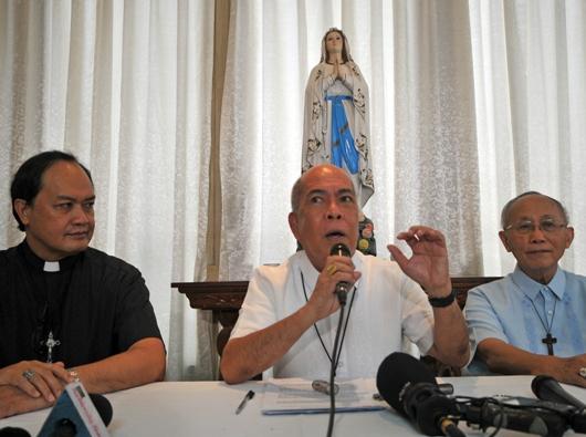 Para pejabat Konferensi Waligereja Filipina yang dipimpin ketuanya, Uskup Agung Davao Mgr Romulo Valles (tengah), mengadakan konferensi pers setelah sidang pleno CBCP di Manila, 28 Januari 2019. ROY LAGARDE
