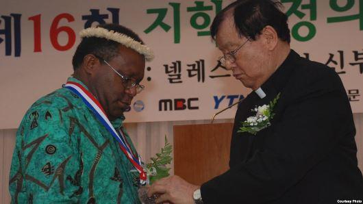 Pastor Neles Tebay Pr menerima penghargaan dari Yayasan Keadilan dan Perdamaian Tji Hak-soon di Korea Selatan. (Courtesy Photo dari Pastor Neles Tebay)