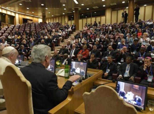 Paus berbicara kepada peserta konferensi tentang perdagangan manusia  di Vatikan, 11 April 2019.   (Vatican Media)
