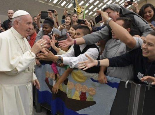 Orang muda bersama Paus Fransiskus dalam Sinode untuk Orang Muda, Iman, and Pencermatan Panggilan 2018 (Vatican Media)