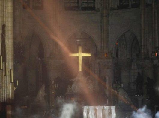 Asap mengepul di sekitar altar utama dan dalam Katedral Notre Dame Paris