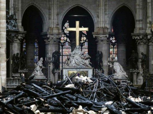 Altar utama Katedral Notre Dame selamat dari kebakaran (AFP)