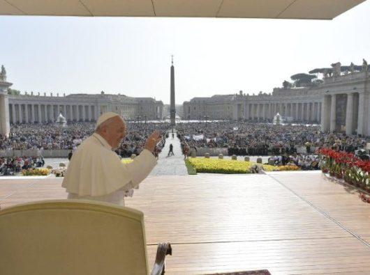 Paus Fransiskus melambaikan tangan kepada peziarah saat Audiensi Umum mingguan  (Vatican Media)