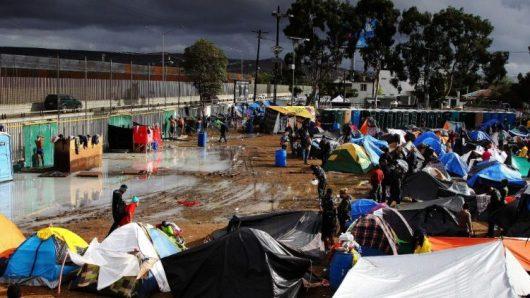 Migran di Tijuana berkemah di dekat tembok yang menandai perbatasan dengan Amerika Serikat (ANSA)