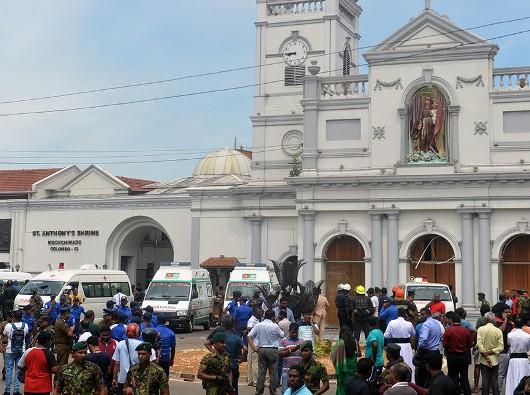 Sejumlah mobil ambulans di luar Gereja Santo Antonius setelah ledakan di gereja itu yang terletak di  Kochchikade, Kolombo, 21 April 2019 itu (AFP/ISHARA S KODIKARA)