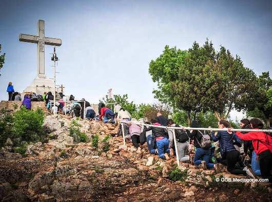 Pukul 6:09, 3 Mei 2019, peziarah naik ke atas Salib di Gunung Krizevac di Medjugorje. Salib ini, dibangun tahun 1933, sebagai bagian  rencana Tuhan. Bunda Maria dari Medjugorje berkata tanggal 30 Agustus 1984. Foto dari medjugorje.com