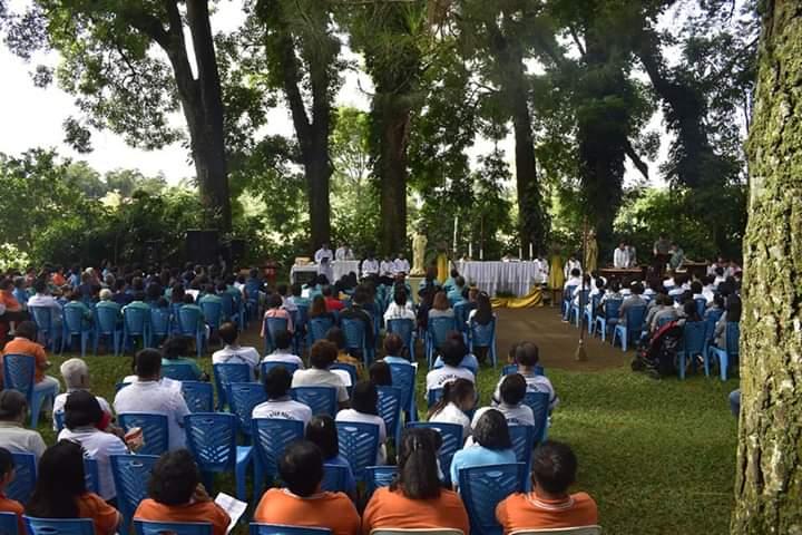 Suasana Misa para peziarah di Gua Maria Bukit Kimentur Kakaskasen. Foto dari Komsos Gereja Santo Ignatius