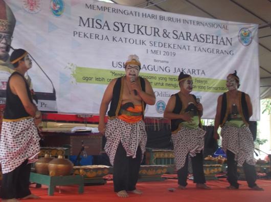 Hiburan bagi pekerja Katolik Tangerang setelah Misa May Day di Paroki Santa Odilia Citra Raya Tangerang (PEN@ Katolik/krm)