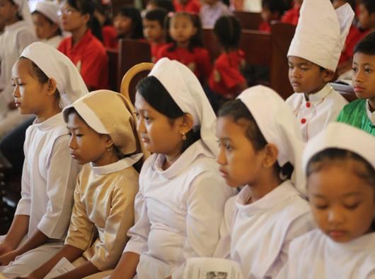 Anak-anak Paroki Wedi, Klaten, mengenakan pakaian imam serta biarawan-biarawati dalam Hari Minggu Panggilan. PEN@ Katolik/lat