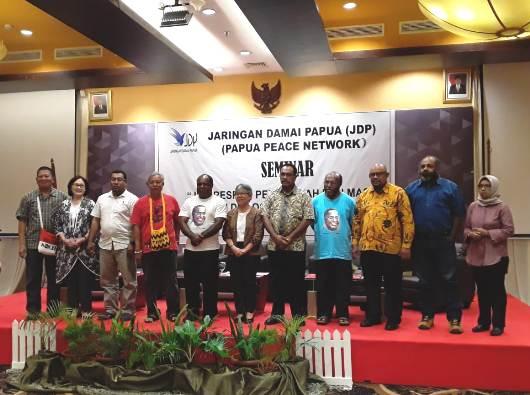 "Nara sumber dan beberapa peserta seminar bertema ""JDP, Respon Pemerintah dan Masa Depan Dialog bagi Tanah Papua. (PEN@ Katolik/frBastian)"