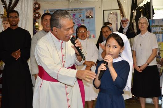 Mgr. Agus bernyanyi bersama Suster Cilik, Joan