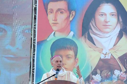 Duta Vatikan untuk Filipina Uskup Agung Gabriele Caccia, menyampaikan homili pada Misa Penutupan Hari Orang Muda Nasional di Kompleks Olahraga Kota Cebu. SAMMY NAVAJA