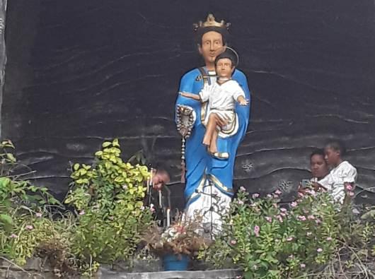 Patung Maria yang pendek dengan rambut hitam dan keriting di Gua Maria Sandurun, di Kampung Sanggaria, Arso, Papua. (PEN@ Katolik/FrBastian)