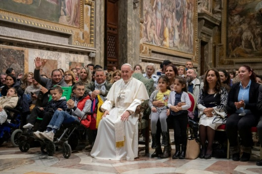 Paus menemui keluarga-keluarga Roma dan Sinti di Sala Regia, Vatikan (Vatican Media)