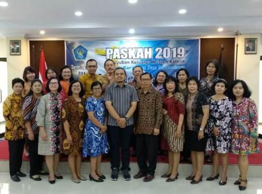 Romo Romualdus Subiantara Putra Perdana Pr -- foto bersama para Dosen, Karyawan dan Mahasiswa Kristen Katolik UNISRI Solo dalam Acara Paskah Bersama, Jumat (3 Mei 2019) (1)2
