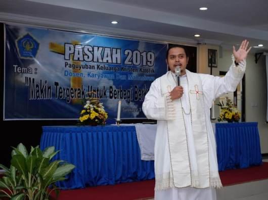 Romo Romualdus Subiantara Putra Perdana Pr memimpin Ibadah Paskah Bersama Paguyuban Keluarga Kristen Katolik UNISRI Solo, 3 Mei 2019
