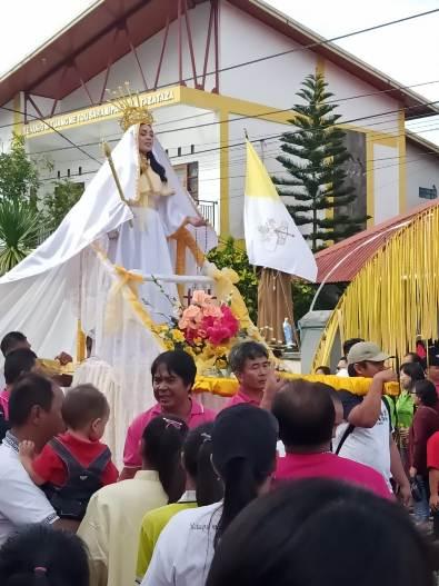 Salah satu peserta ziarah membawa 'Maria hidup'