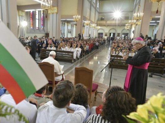 Pertemuan Paus Fransiskus dengan Umat Katolik Bulgaria di Gereja Santo Malaikat Agung Mikael di Rakovsky (Vatican Media)