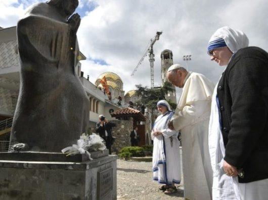Paus Fransiskus bersama dua Suster Misionaris Cinta Kasih berdoa di depan Patung Santa Ibu Teresa di Skopje,  Makedonia Utara (Vatican Media)