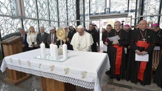 Paus berdoa di Kapel Memorial House Ibu Teresa di depan relikui orang kudus itu. (Vatican Media)