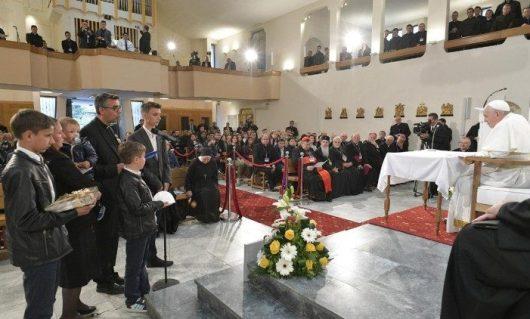 Pastor Goce Kostov dan keluarganya berbicara dengan  Paus Fransiskus dakam pertemuan dengan para imam dan religius di Skopje  hari terakhir kunjungan apostoliknya ke Bulgaria dan Makedonia Utara (Vatican Media)