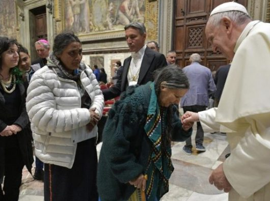 Paus menyalami warga  minoritas Roma dan Sinti di Kota Roma. (Vatican Media)