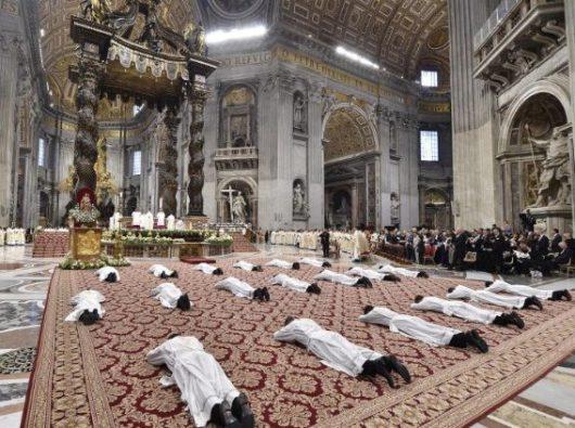 Paus Fransiskus menahbiskan 19 imam baru di Basilika Santo Petrus Vatikan. Vatican Media