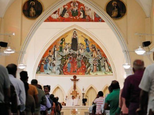 Umat Katolik dalam Misa di Gereja Santa  Teresa di Kolombo tanggal 12 Mei 2019.