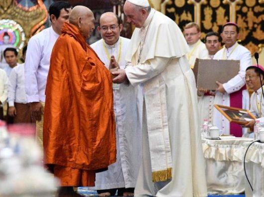 Paus Fransiskus bertemu para biksu Buddha di Yangon, Myanmar, 29 November 2017.  (AFP)
