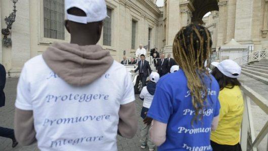 Paus meminta sopir menghentikan mobil paus dan minta anak-anak migran naik bersama dia (Vatican Media)