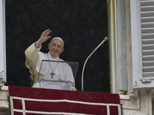Paus Fransiskus melambaikan tangan kepada umat di Lapangan Santo Petrus   (Vatican Media)