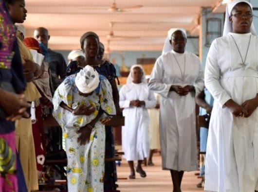 (Foto File) Umat Katolik menghadiri Misa in Kaya, Burkina Faso, dekat gereja yang diserang 26 Mei 2019. (SESAME PICTURES)