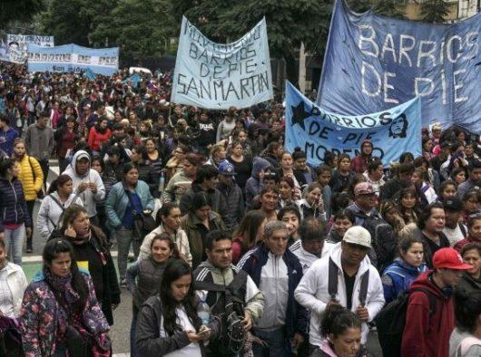 Anggota organisasi Serikat Buruh di Argentina ikut serta dalam pawai May Day di Buenos Aires (AFP)