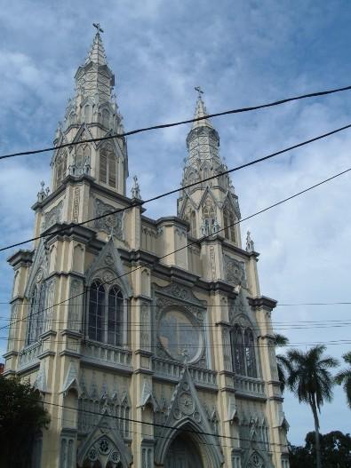 Basilika Hati Kudus Yesus, San Salvador, El Salvador, sebagian rusak karena gempa tanggal 7 Juni 1917, saat sedang dibangun. Umat paroki  memperbaiki gereja itu yang kembali diguncang gempa tahun 1919, 1965, 1986 dan 2001