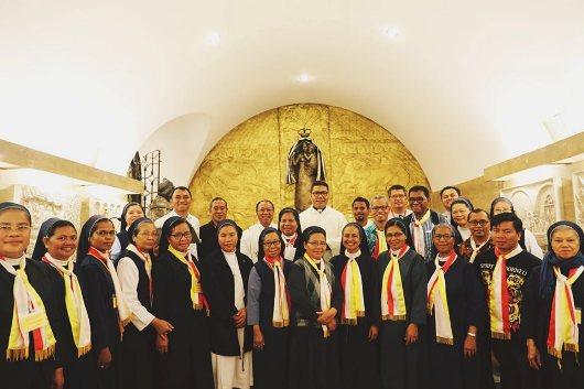 Para imam SVD dan suster SSpS peserta program tersiat bergambar bersama di Katekombe Basilika Santo Petrus bersama Pastor Markus Solo SVD (tengah belakang). )Foto: Pastor Victor Bani SVD)